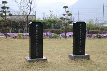 성당 앞마당에 순교자 윤지충 바오로와 권상연 야고보 기념비가 세워져 있다.