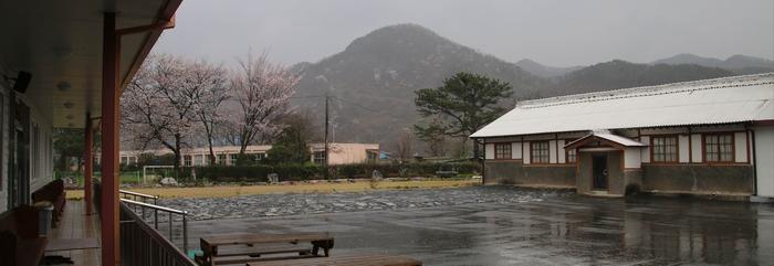 교육관인 충연관 앞에서 성당과 뒷마당의 야외제대와 십자가의 길을 바라본 모습.