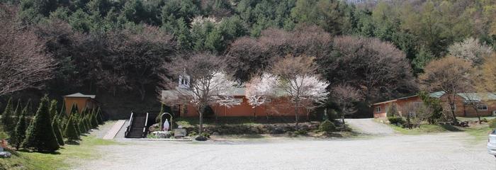 성지에 들어서면 산 아래에 성 김대건 신부 기념 유물전시관과 성모상, 숙소가 자리하고 있다.