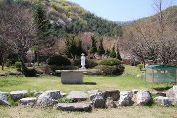 성지 입구에 성 김대건 신부 동상과 야외제대가 마련되어 있다.