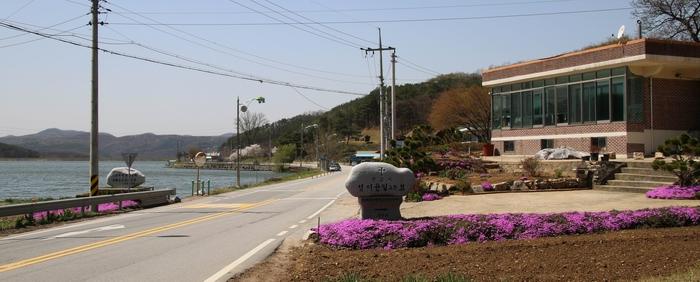 용덕 저수지 옆으로 성 이윤일 요한 묘를 알리는 표지석이 서 있다.