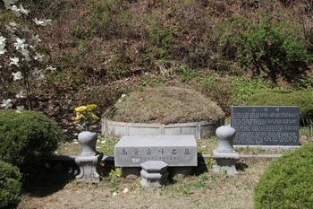 한국 순교자 79위 시복 기념경당 옆에 안치된 성 김대건 신부의 모친 고 우르술라의 묘.