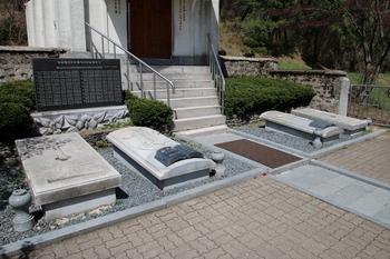 한국 순교자 79위 시복 기념경당 앞 묘소.