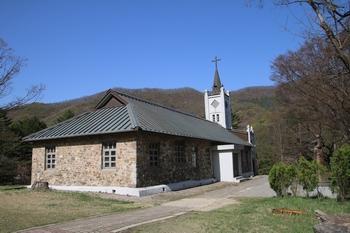 1907년 강도영 신부와 신자들이 자연석을 이용해 건립한 성 요셉 성당.
