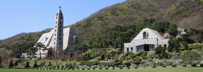 103위 한국 순교자 시성 기념 대성당과 성모당 전경.