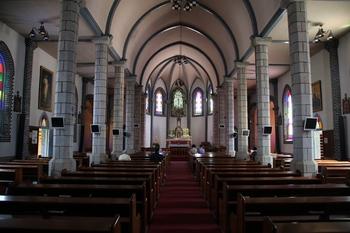 1930년 충청북도에서 최초로 건립된 고딕 양식의 성당 내부. 라틴 십자형의 평면 구성으로 명동 성당의 축소판 같은 인상을 준다.