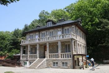 1934년 건립된 구 사제관. 화강암으로 된 2층 건물로 현재는 매괴 박물관으로 사용하고 있다.