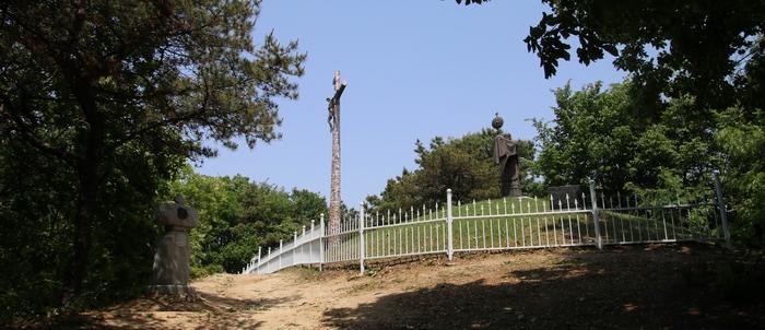성모 광장에서 십자가의 길을 따라 매산 정상에 오르면 매괴 산상이 조성되어 있다. 2008년 축성한 대형 십자가와 임 가밀로 신부 성체강복상 등이 마련되어 있다.