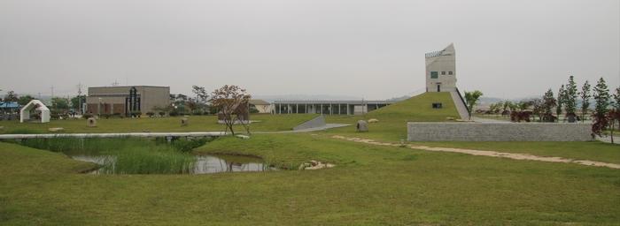2014년 성 다블뤼 기념관과 순교자 기념공원 봉헌식 후의 달라진 성지 모습.