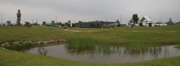 생태습지공원으로 조성된 순교자 기념공원 모습. 정면에 주차장과 식당이 있다.