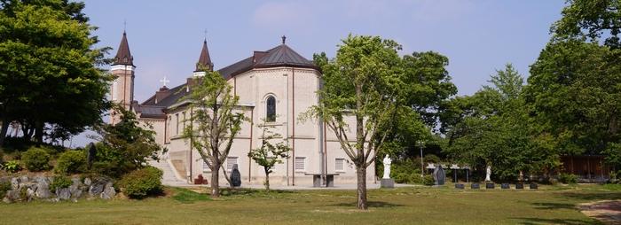 성당 뒷마당에서 본 모습. 야외제대 옆으로 순교비와 묘가 조성되어 있다.