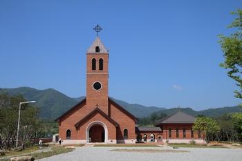 2014년 9월에 봉헌된 성 황석두 루카 탄생 200주년 기념성당. 성당과 소성당, 집무실과 사무실 등을 갖추고 있다.
