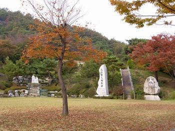 단내 성지의 성가정 광장. 광장 위에 순교자 묘가 있다.