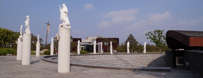 솔뫼 아레나 너머로 김대건 신부 기념관이 보인다.