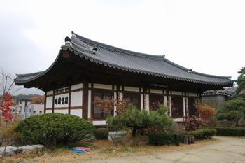2007년 마재 성지에 건립한 전통 한옥 양식의 도마성당과 명례방(만남의 방).