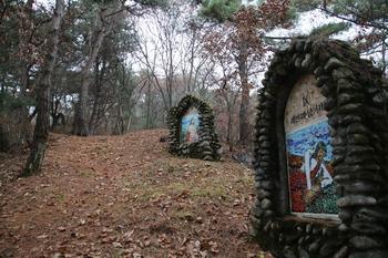 유택 뒷산에는 십자가의 길 14처가 조성되어 있다.
