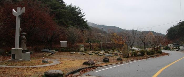 농은 홍유한 선생 동상에서 바라본 성지 입구.