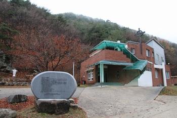 2014년 11월 홍유한 선생의 수덕생활을 기억하고 본받기 위해 기존의 성당을 칠극 성당으로 명명하였다.