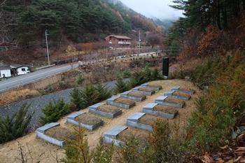 성지 입구 피정집 맞은편에 조성된 홍유한 후손 순교자들의 가묘와 순교자 현양비.