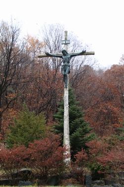 묘역 뒤편에 건립된 대형 십자가.