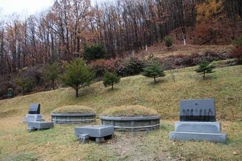 서치보 요셉(왼쪽)과 그의 장남인 순교자 서인순 시몬의 묘.