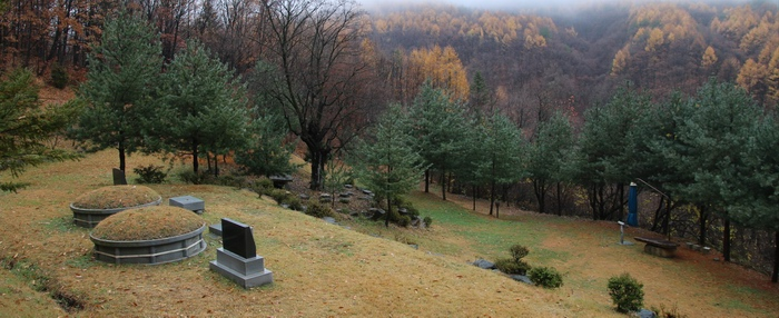 묘역 위에서 내려다본 성지 전경.
