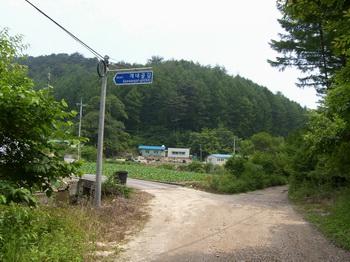 개내골길 표지판을 따라 삼거리에서 좌회전하여 1.5km 정도 가면 교우촌터가 나온다.