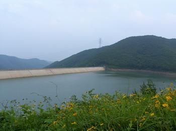 상부댐으로 조성된 노래호. 교우촌이 있었던 노래산 정상 밑에 상부댐이 건설되면서 교우촌 자리를 확인하기 어렵게 되었다.