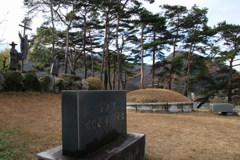 죽음을 무릅쓰면서도 칼래 신부를 지키고자 했던 순교복자 박상근 마티아의 묘.