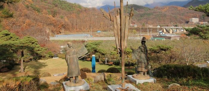 우정상 뒤에서 내려다본 성지와 주변 풍경.