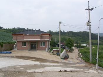 머루산 교우촌터는 마을회관 뒤쪽으로 계곡을 따라 산속으로 30분 정도 들어가야 나온다.