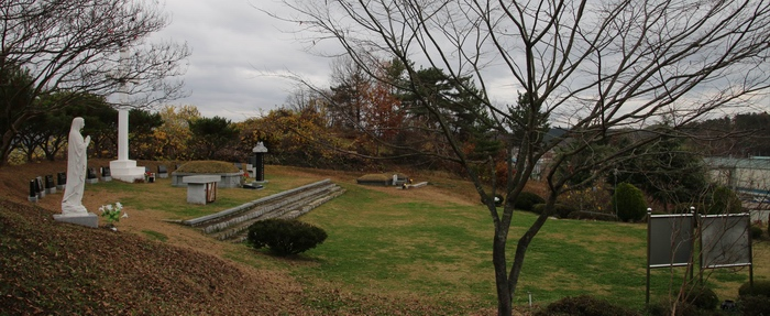 성모상 쪽에서 본 순교자 묘역 전경.