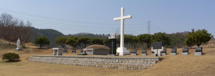 순교자 묘역 전경. 묘소 왼쪽으로 성모상과 야외제대, 오른쪽으로 묘비와 시복을 위한 기도비, 뒤에 대형 십자가와 십자가의 길이 조성되어 있다.