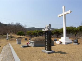 구한선 타대오 묘. 묘소 뒤에는 대형 십자가와 십자가의 길 14처가 마련되어 있다.