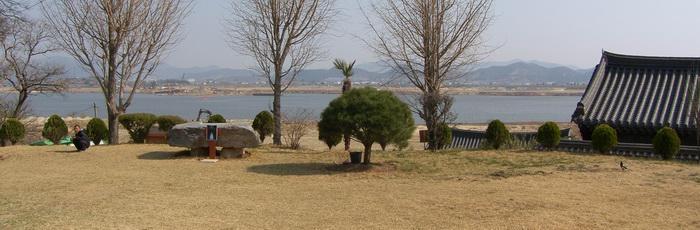 명례 성당에서 본 야외제대와 낙동강 풍경.