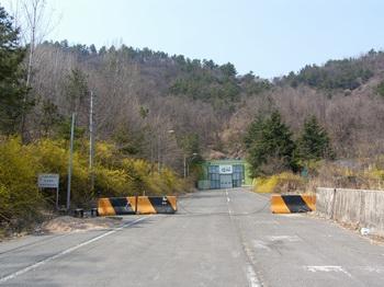 순교자 묘역으로 가는 산길 입구와 폐쇄된 진영 터널. 남해 고속도로 김해 터널이 생긴 후 진영 터널 두 개 중 하나는 폐쇄되었다.