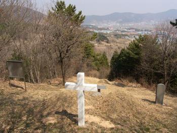 박대식 빅토리노의 순교 후 가족들이 그의 시신을 선영에 모시려 했으나 집안 외인들의 반대로 이곳 유씨 문장 산에 평장으로 매장했다가 1956년에 봉분을 조성했다.