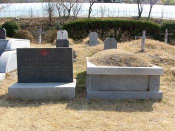 1866년 병인박해 때 순교한 신석복 마르코의 묘. 순교 후 노루목에 매장되었다가 1975년 진영 성당 공원묘지로 이장했다.