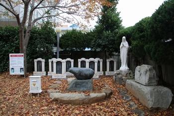 장대돌과 여덟 순교자 위패. 광안 성당은 2004년 이정식 등 8위의 위패를 성지에 안치하였다.