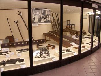 박물관 1층 전시관에 전시된 박해시대의 다양한 형구들.