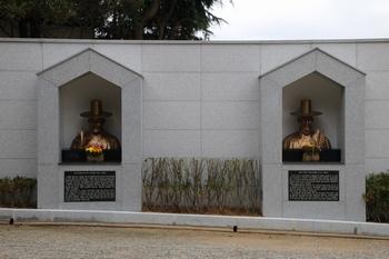 성지 입구에 설치된 순교복자 이정식 요한과 양재현 마르티노의 흉상.