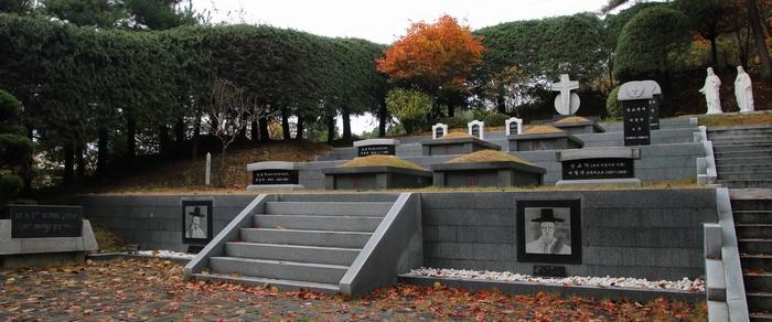 2014년 시복식을 기념해 말끔히 단장한 부산 순교자 묘역. 병인박해 당시 수영장대에서 순교한 복자 이정식 요한과 양재현 마르티노 등 8위의 순교자를 모시고자 조성되었다.