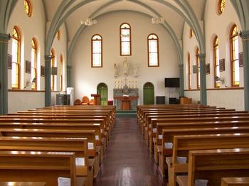 단순하게 처리된 성당 내부. 제대 뒤에는 왼쪽부터 성모자상, 성부상, 성 요셉상이 세워져 있다.