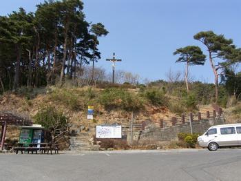 성당 마당에서 뒷산 정상에 조성된 성모동굴로 가는 길. 언덕 위에 대형 십자가가 있고, 조금 올라가면 순교자 오상선의 묘가 있다.
