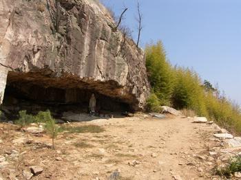 성당 뒤 화장산 정상 부근에 조성된 성모동굴. 언양읍이 한 눈에 들어오는 이곳까지 오르는 길에는 십자가의 길이 조성되어 있다.