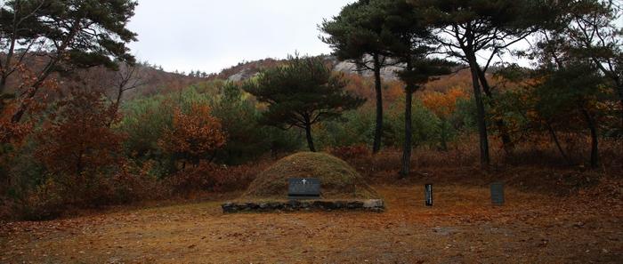 성당 뒷산으로 1991년 이장한 순교자 오상선의 묘. 오상선은 병인박해 때 언양 옥에서 백지사형을 받고 순교한 후 어음리에 묻혔었다.