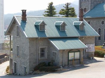 2004년 성당과 함께 등록문화재 제103호로 지정된 구 사제관(현 신앙유물 전시관).