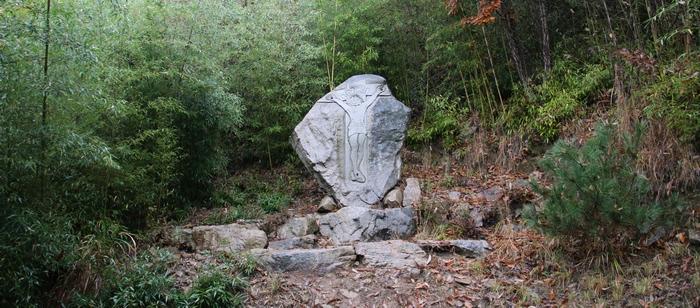 성모동굴로 가는 산길에는 십자가의 길이 조성되어 있다.