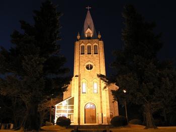 부산교구의 유일한 석조건물인 언양 성당의 야간조명 모습. 성당과 구 사제관(현 신앙유물 전시관)은 2004년 등록문화재 제103호로 지정되었다.
