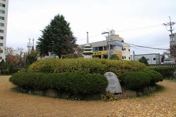 전주 숲정이 성지 한가운데 순교자 현양탑이 설치되어 있다.